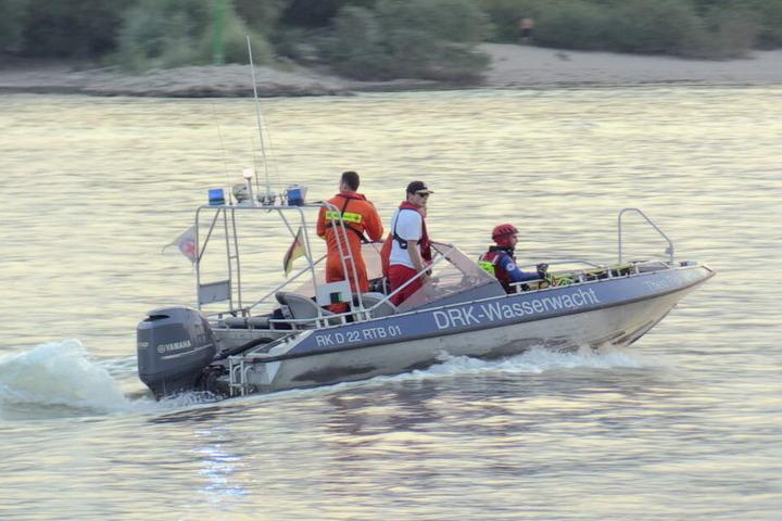 Die Helfer suchten stundenlang nach den beiden jungen Männern im Rhein.