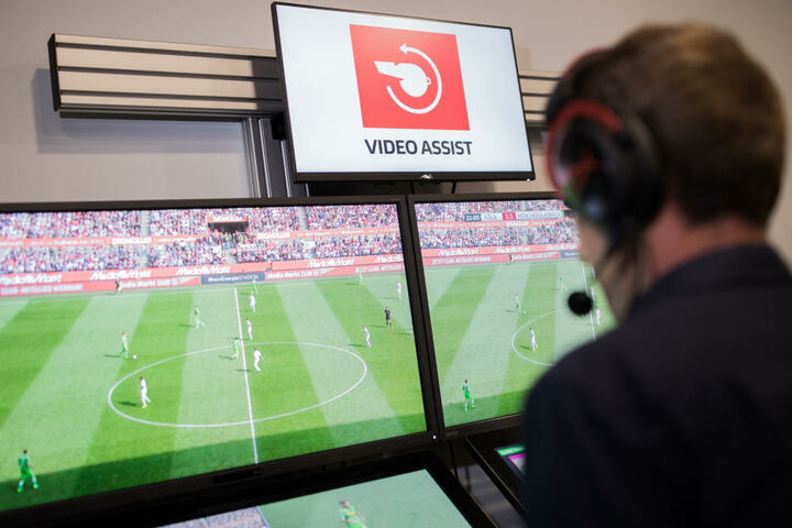 Zuschauer im Stadion können oft nur schwer nachvollziehen, wieso der Schiedsrichter beim Einsatz des Videobeweises entsprechende Entscheidungen trifft. Das könnte sich bald ändern.