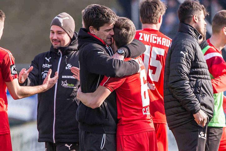 Zwickauer Jubel! FSV-Trainer Torsten Ziegner umarmt Christoph Göbel.