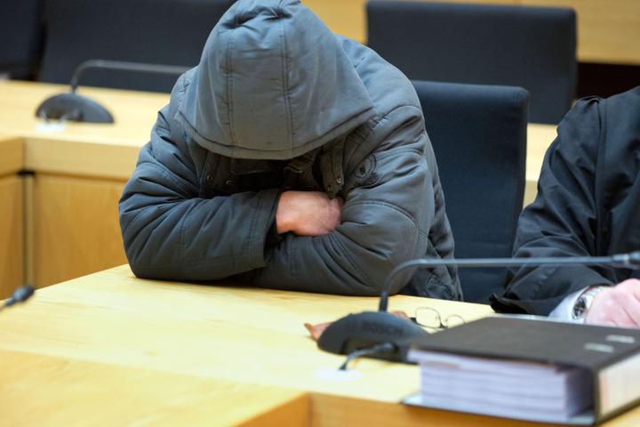 Der Angeklagte Christian W. sitzt am 28.02.2017 im Gerichtssaal in Bielefeld an seinem Platz.