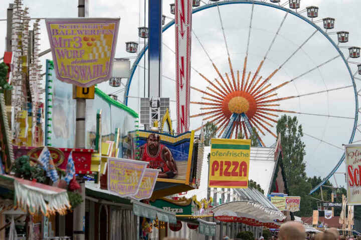 Den Besuchern wird auf dem Gäubodenvolksfest in Straubing einiges geboten.