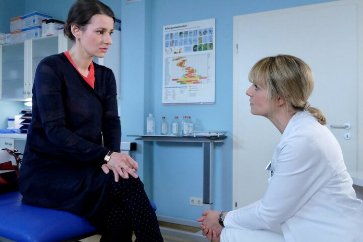 Hirnchirurgin Lea Peters (r.) redet Maria Weber ins Gewissen. Ihr Hirntumor muss dringend entfernt werden. Aber die verunsicherte Ärztin fürchtet bleibende Schäden und den Verlust ihres Jobs in der Sachsenklinik. Sind das berechtigte Ängste?