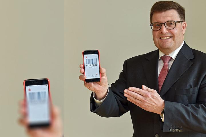 """Bezahlen mit Smartphone und """"Blue Code"""": Joachim Hoof (59), Vorstands-Chef der Ostsächsischen Sparkasse Dresden."""