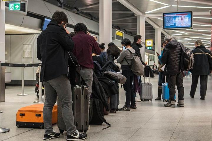 Auf den Flughäfen bildeten sich lange Warteschlangen (Archivbild).
