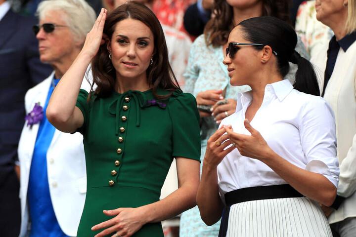 Kate (l), Herzogin von Cambridge, und Meghan, Herzogin von Sussex, verfolgen das Match.