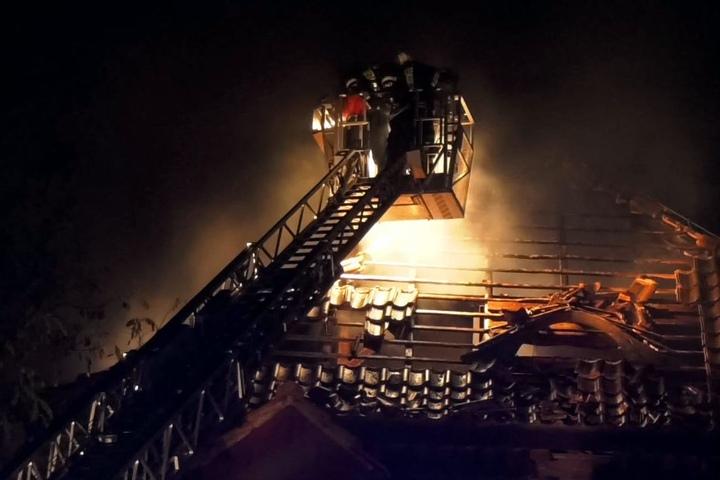 Unter anderem über eine Drehleiter wurde das Feuer gelöscht.
