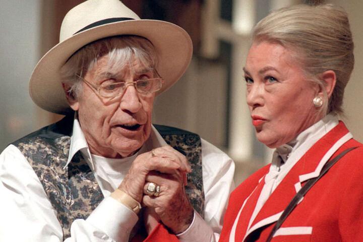 Johannes Heesters und Eva Probst bei einer Theaterprobe.
