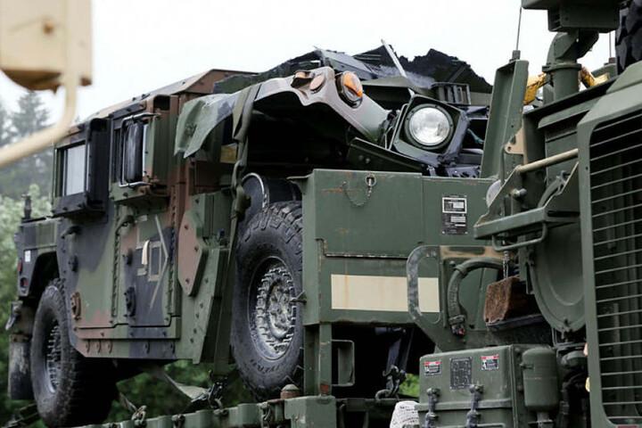 Ein Lastwagen-Konvoi des US-Militärs ist Dienstagnachmittag in einer Sperranlage auf der Leverkusener Rheinbrücke steckengeblieben (Archivbild).