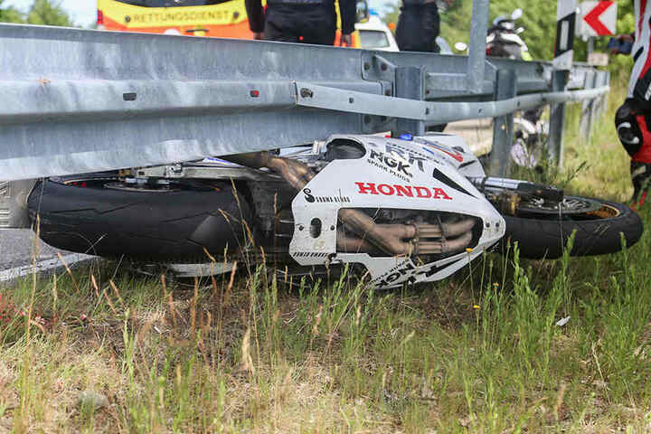 Der Biker wurde bei dem Crash schwerst verletzt.