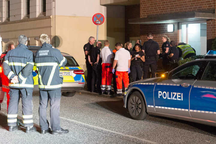 Einsatzkräfte stehen vor dem Haus in der Kedenburgstraße.