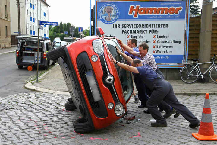 Mitarbeiter des Abschleppdienstes und Polizei stellten das Auto wieder auf die Räder.