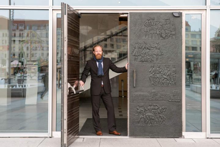 Enrico Böttcher (40) hat mit seinem Team den Bronzetafeln mit der Stadthistorie an den Kulti-Türen zu altem Glanz verholfen.