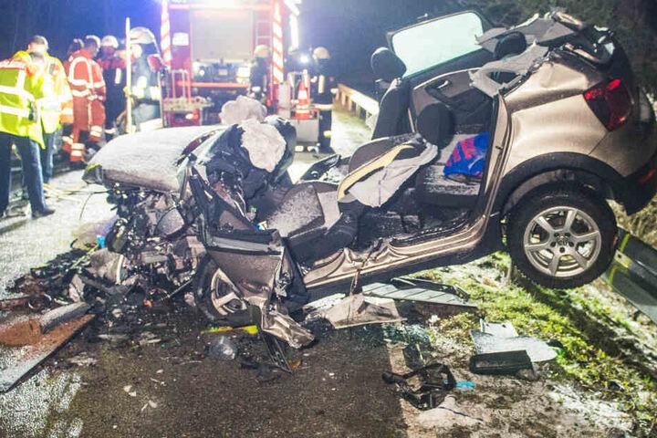 Eine Autofahrerin musste aus einem der Unfallfahrzeuge geschnitten werden.