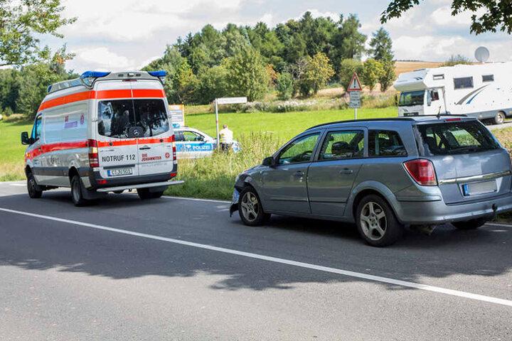 Aus noch ungeklärter Ursache stießen auf gerader Strecke der B95 ein Opel und VW zusammen.