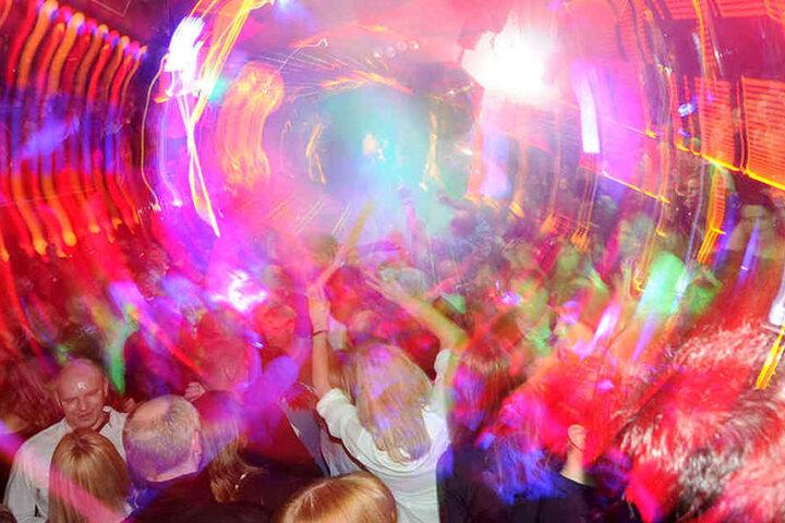 Feierwütige beim Tanzen. (Symbolbild)