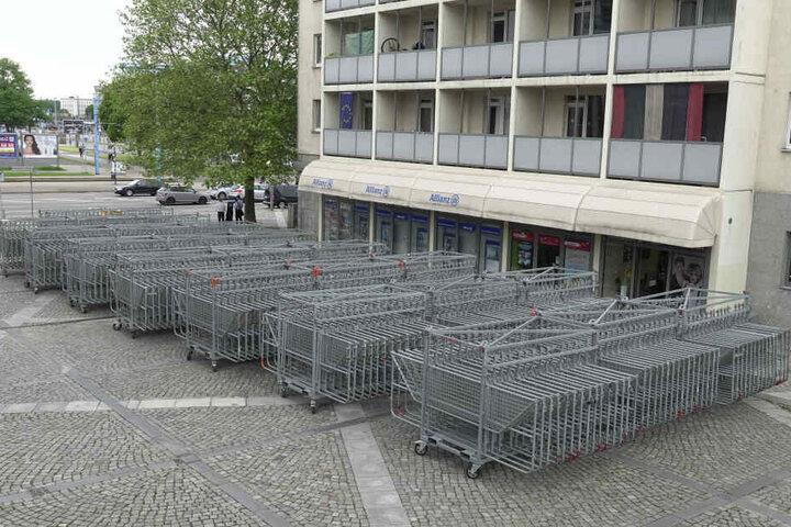 An der Ecke Bahnhofstraße/Augustusburger Straße lagern schon seit Freitag dutzende Absperrgitter.