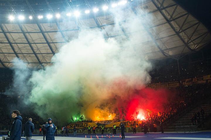 Im Gästeblock der Dortmunder werden kurz nach Anpfiff der zweiten Spielhälfte Leuchtfeuer gezündet.