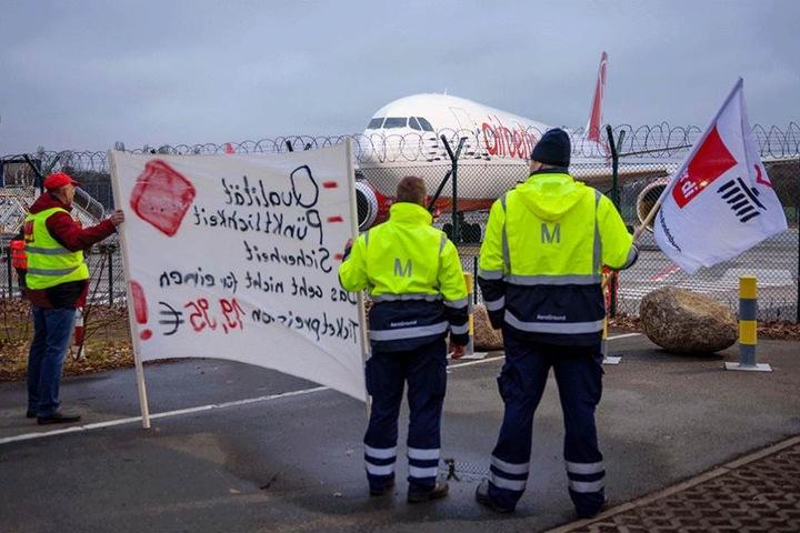 Streikende stehen am 10. März 2016 am Rollfeld des Flughafen Tegel.