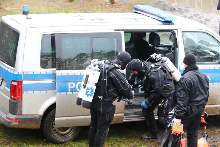 Taucher der Polizei machten sich für ihren Einsatz bereit. (Symbolfoto)