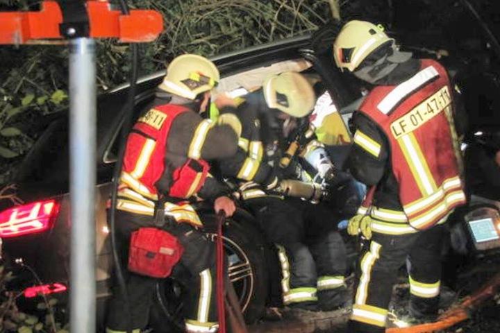 Die Feuerwehr befreite das Unfallopfer aus seinem Autowrack.
