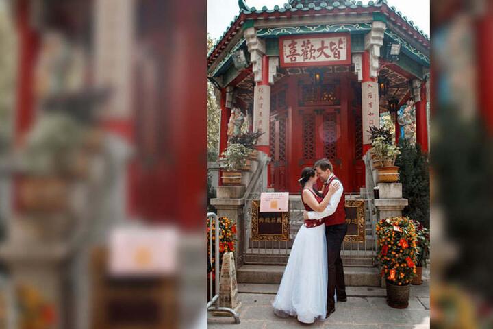 Das Brautpaar vor einem traditionellem chinesischen Tempel.