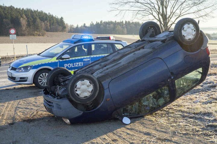 Der Renault hatte sich auf der spiegelglatten Straße überschlagen.