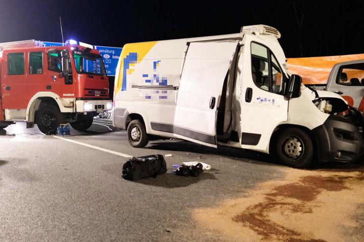 Der Fahrer eines Kleintransporters ist nach einem Unfall auf der Autobahn 3 in Bayern gestorben.