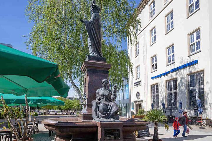 Stattdessen wurden die Reste des alten Chemnitzer Saxonia-Brunnens neu aufgebaut. Seit fünf Jahren plätschert Sachsens Patronin auf dem Johannisplatz.