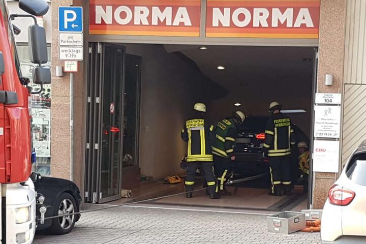 Den Durchgang zu diesem Supermarkt in der Durlacher Straße hatte der Fahrer für eine Tiefgaragen-Einfahrt gehalten.