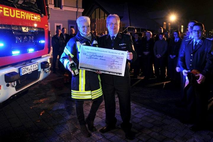 Erst am Freitagabend war Melanie zur Taufe des Fahrzeugs bei der Freiwilligen Feuerwehr Grimma gewesen und hatte auch einen Scheck über 500 Euro für die Kameraden mitgebracht.