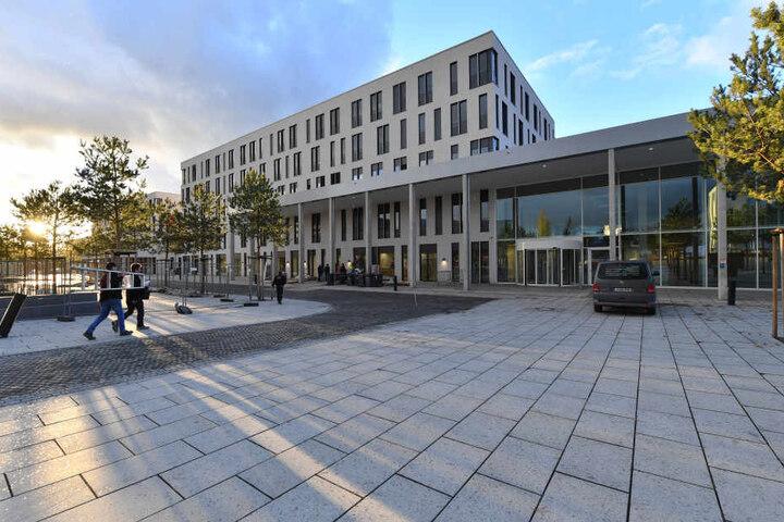 In den Neubau sollen 15 Kliniken und Institute ziehen.