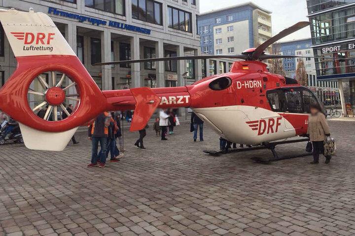 """Der Rettungshelikopter """"Christoph 46"""" landete direkt auf dem Chemnitzer Marktplatz."""