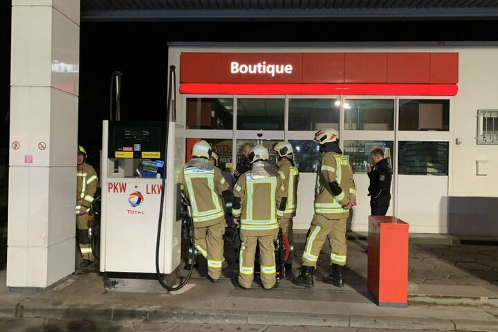 Die Feuerwehr wurde eigentlich wegen eines Feuers zu der Tankstelle gerufen.