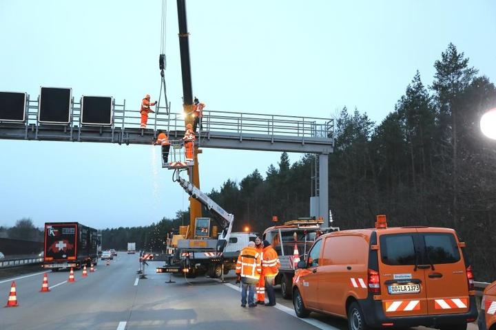 Die Schilderbrücke wurde repariert.