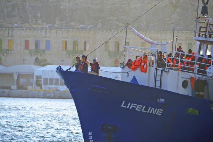 """Das Flüchtlings-Rettungsschiff der deutschen Hilfsorganisation """"Lifeline"""" kommt inm Hafen von Valletta an."""