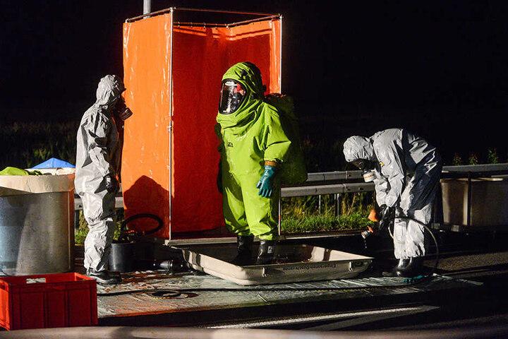 Die Einsatzkräfte müssen Schutzanzüge tragen. Die Salpetersäure ist hoch toxisch.