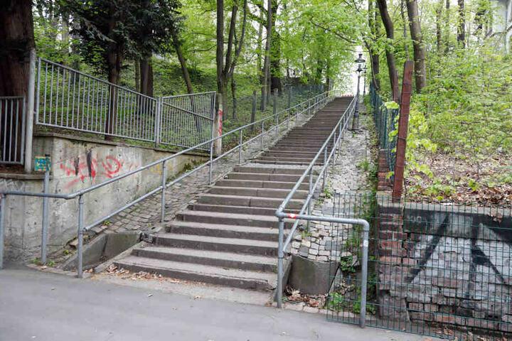 An dieser Treppe am Schloßteich geschah der widerliche Übergriff.