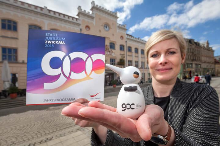 Projektleiterin Grit Weise (39) mit dem Festvogel - das Maskottchen zum 900. Geburtstag von Zwickau im kommenden Jahr.