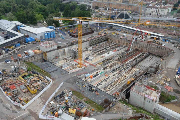 Blick in die Baugrube des künftigen Stuttgarter Hauptbahnhofs, der im Rahmen des Bahnprojekts Stuttgart 21 in Stuttgart entsteht. (Archivbild)