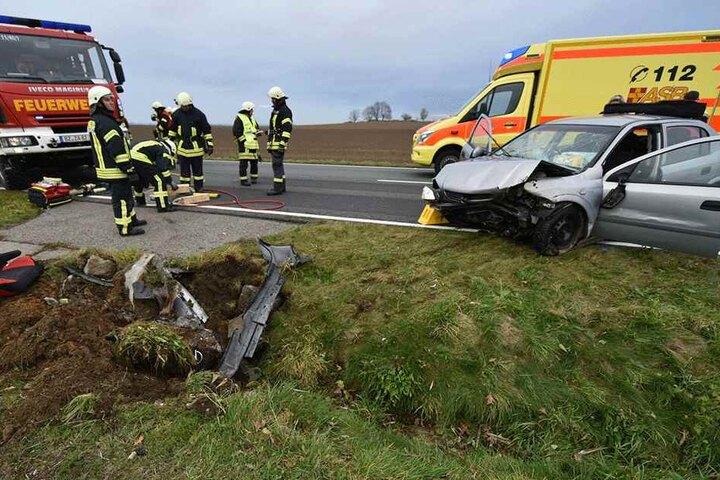 Die Opel-Fahrerin wurde schwer verletzt und musste von der Feuerwehr aus dem Wagen befreit werden.