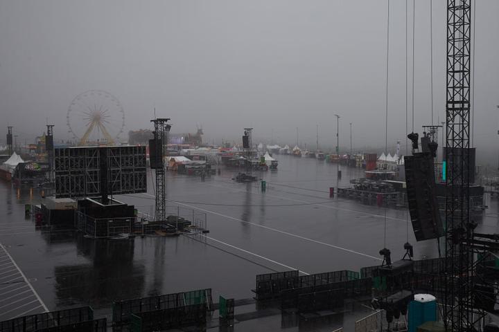"""Strömender Regen fällt vor Beginn des Einlasses auf das Gelände des Musikfestivals """"Rock am Ring""""."""
