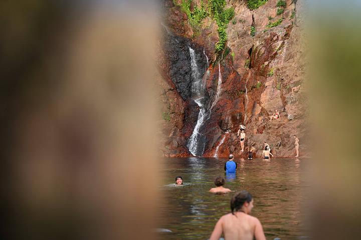 """Vorerst können die Touristen im Pool vor den """"Wangi Falls"""" nicht mehr baden."""