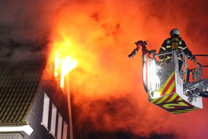 Zahlreiche Feuerwehrmänner kämpften gegen das Feuer in der Dachgeschosswohnung.