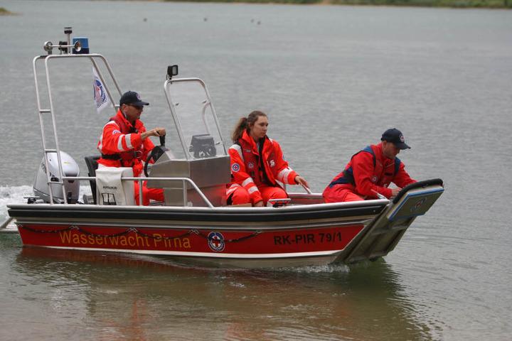 Ehrenamtler der Wasserwacht Pirna helfen der Polizei bei der Suche nach einer Frau am Kiessee Birkwitz.
