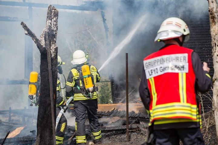 Ein Gartenhaus wurde durch das Feuer komplett zerstört.