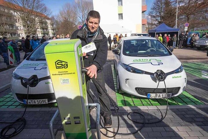 """Torsten Bär (40) von der Carsharing-Firma """"teilAuto"""" tankt an den neuen E-Zapfsäulen in der Alfons-Pech-Straße."""