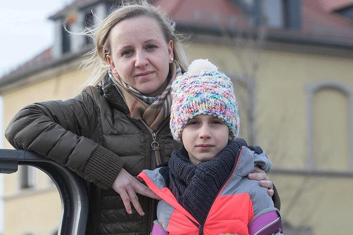 Das Schulamt habe viel versprochen, aber nichts sei passiert, findet Jana Groll (33) mit Tochter Alesia (9).