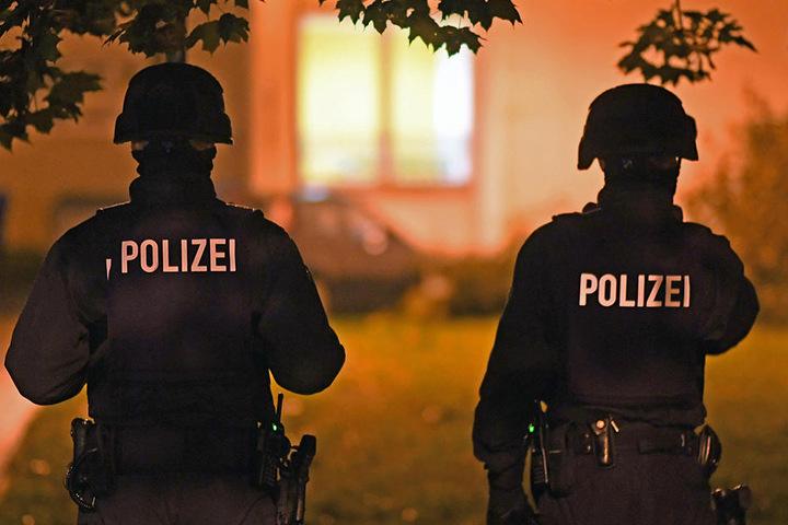 Die Beamten kamen in Schutzanzügen und mit gezogener Pistole. Sie suchten einen Asylbewerber, der abgeschoben werden sollte.