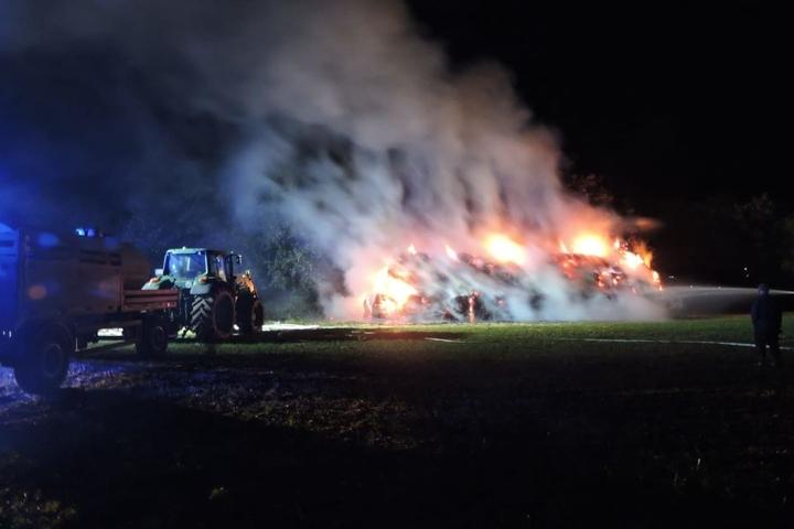 Furchteinflössende Größenordnung: Rechts der Feuerwehrmann, in der Mitte der Brand.