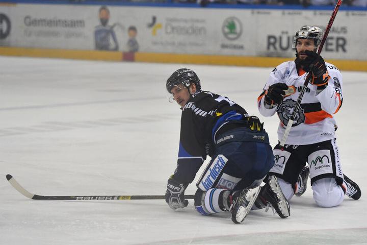 Dennis Palka (links) kämpft mit den Dresdner Eislöwen am Dienstag gegen das Saisonaus.